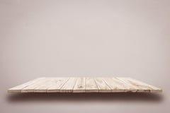 Пустые верхние деревянные полки на серой стене цемента Стоковое Изображение