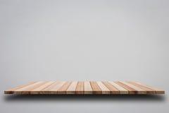 Пустые верхние деревянные полки на серой стене цемента Стоковая Фотография RF