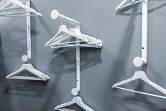 Пустые вешалки вися на шкафе одежд стоковое изображение
