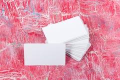 Пустые визитные карточки на деревянном столе Шаблон для ID Взгляд сверху Стоковое Изображение RF