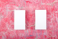 Пустые визитные карточки на деревянном столе Шаблон для ID Взгляд сверху Взгляд сверху Стоковое Фото