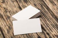Пустые визитные карточки на деревянном столе Стоковое Изображение