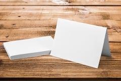 Пустые визитные карточки на деревянном столе Стоковое Фото