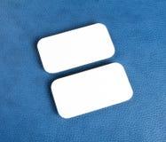 Пустые визитные карточки с округленными углами на голубой кожаной предпосылке Стоковая Фотография
