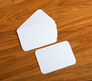 Пустые визитные карточки с округленными углами на деревянной предпосылке Стоковое Изображение RF