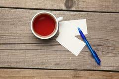 Пустые визитные карточки с чашкой ручки и чая дальше Стоковое Изображение RF