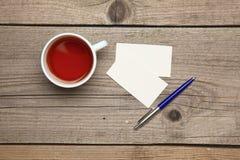 Пустые визитные карточки с чашкой ручки и чая дальше Стоковая Фотография RF