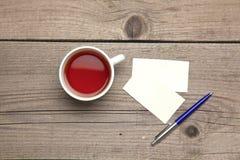 Пустые визитные карточки с чашкой ручки и чая дальше Стоковые Фото