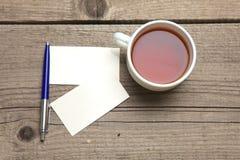 Пустые визитные карточки с чашкой ручки и чая дальше Стоковые Фотографии RF