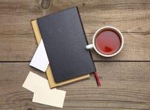 Пустые визитные карточки с чашкой ручки и чая дальше Стоковое Фото