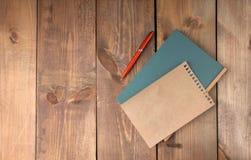 Пустые винтажные бумажные лист и тетрадь с ручкой Стоковое фото RF