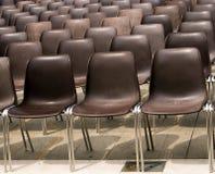 Пустые внешние стулья Стоковые Фото