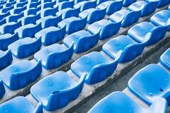 Пустые голубые покрашенные места стадиона стоковая фотография rf