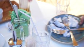 Пустые грязные плиты с вилкой, ложкой и едой отхода после съеденный на таблице, 4k акции видеоматериалы