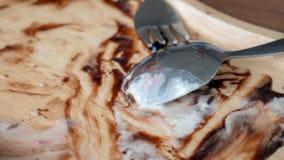 Пустые деревянные блюдо и ложка после едят стоковые фотографии rf