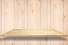 Пустые деревянные полки на стене для продукта показывают шаблон Стоковое Изображение RF