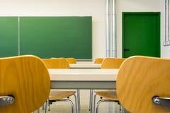 Пустые деревянные стулья на лекционном зале глубины поля таблиц никто стоковые фотографии rf