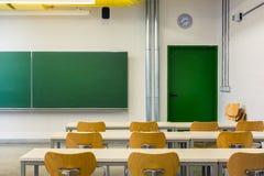 Пустые деревянные стулья на лекционном зале глубины поля таблиц никто стоковые изображения rf