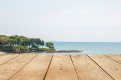 Пустые деревянный стол или планка с взглядом природы пляжа острова на предпосылке стоковое фото rf