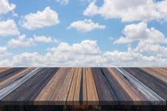 Пустые деревянный стол или планка с предпосылкой голубого неба и облака Стоковое Изображение