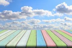 Пустые деревянный стол или планка с предпосылкой голубого неба и облака Стоковое Изображение RF