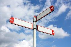Пустые дирекционные дорожные знаки против голубого неба с облаками Стоковые Фото