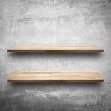 Пустые деревянные полки на чуть-чуть бетонной стене Стоковое фото RF