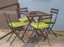 Пустые деревянный стол и стулья в café на улице Стоковые Изображения RF