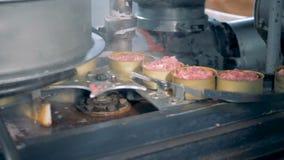 Пустые жестяные коробки двигают вдоль конвейерной ленты и получают заполненными с мясом сток-видео
