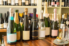 Пустые и неоткрытые бутылки вина рюмками и оливками Стоковые Изображения RF
