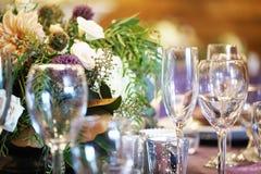 Пустые каннелюры шампанского на таблице Стоковая Фотография