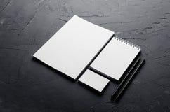 Пустые канцелярские принадлежности на элегантной темной серой конкретной текстуре корпоративная тождественность больше моего порт Стоковая Фотография RF
