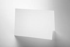 Пустые канцелярские принадлежности: стоящая карточка стоковая фотография