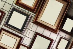 Пустые картинные рамки на стене Стоковые Фото