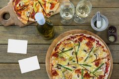 Пустые карточки на деревянном столе с едой Стоковая Фотография