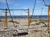 Пустые качания на песчаном пляже Seashore осени прибалтийский стоковое изображение