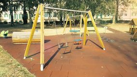 Пустые качки с цепями, вращающимися на детской площадке, движутся от ве сток-видео