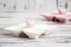Пустые керамические плиты закуски с дизайном птицы на белой предпосылке Стоковые Изображения