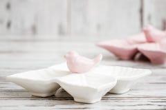 Пустые керамические плиты закуски с дизайном птицы на белой предпосылке Стоковые Фото