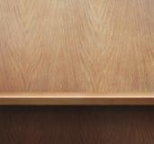 Пустые книжные полки или полка на деревянной предпосылке стены Стоковое Фото