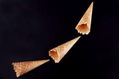 Пустые конусы мороженого аранжированные как сигнальные ракеты Стоковое фото RF