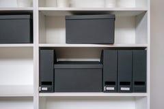 Пустые коробка и державка для напильника опиловки бумаги на полке стоковые изображения