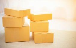Пустые коробки упаковки картона стоя на поле Стоковая Фотография RF