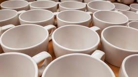 Пустые кофейные чашки в ряд на встречной верхней части Стоковое Фото