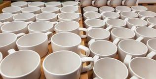 Пустые кофейные чашки в ряд на встречной верхней части Стоковые Фото