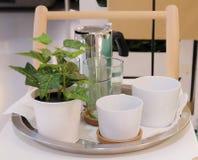 Пустые кофейные чашки с баком на таблице Стоковое Фото