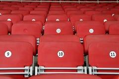 Пустые красные места стадиона трибуны Стоковые Фотографии RF