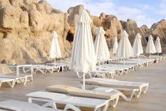 Пустые кровати солнца утра бассейном Стоковые Фотографии RF