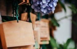 Пустые металлические пластинкы Ema деревянные желая японский стиль желая таблетку a стоковое изображение rf