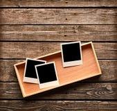 Пустые немедленные рамки фото на деревянной коробке Стоковое Изображение
